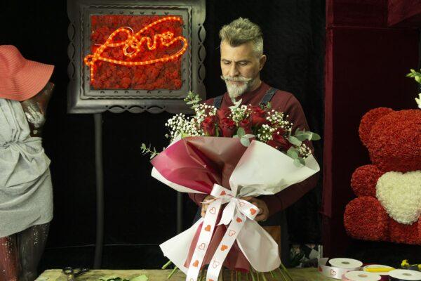 Μπουκέτο με κόκκινα τριαντάφυλλα.